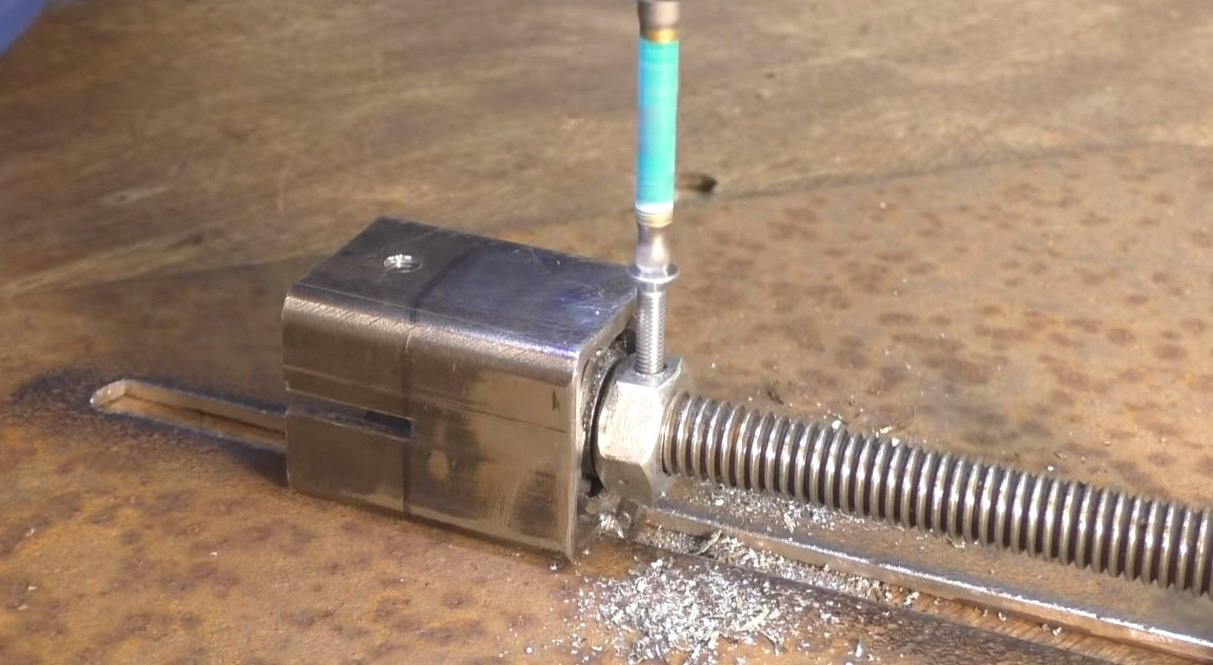 Welding platform with a clamp for welding in two planes