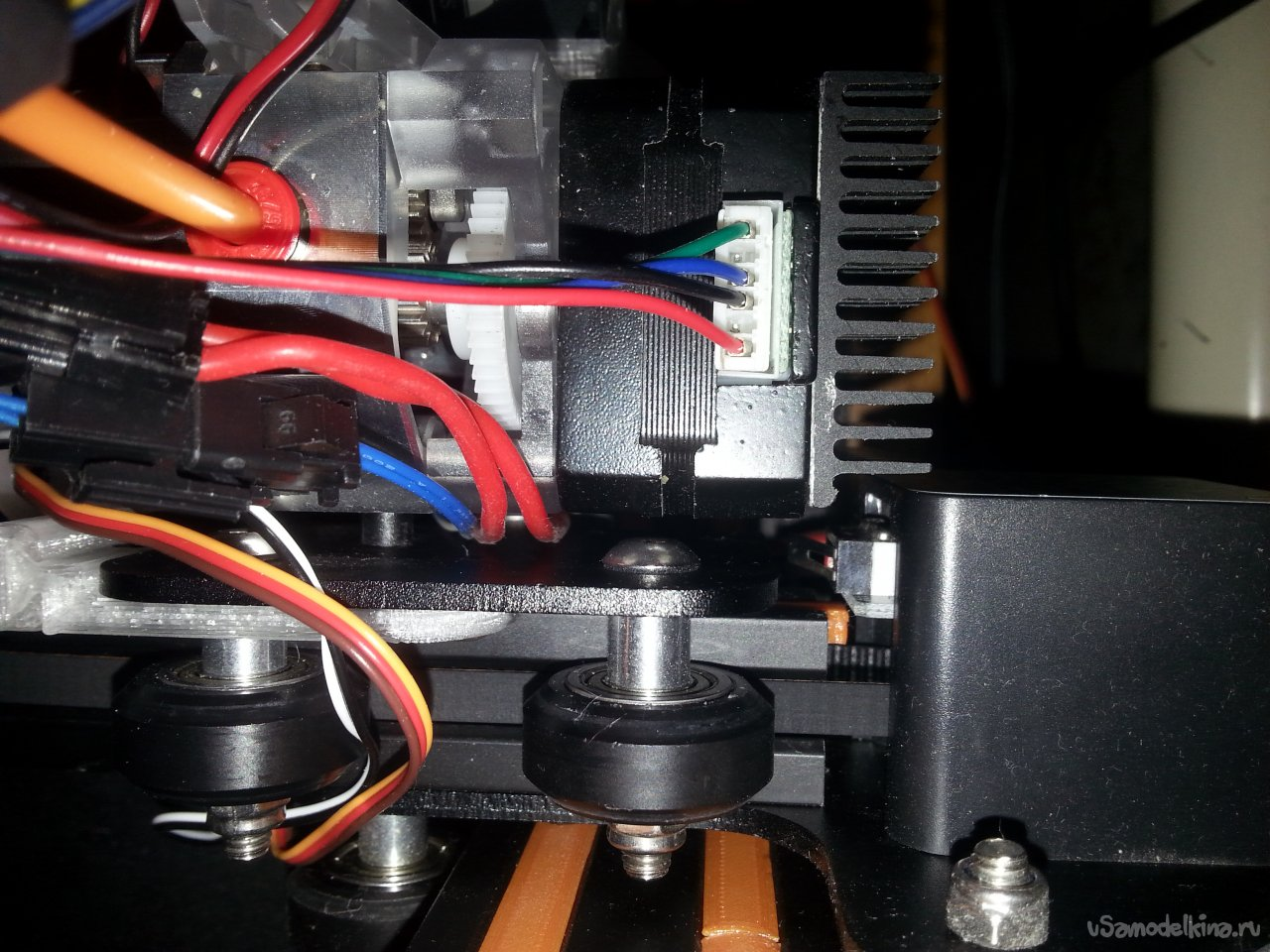 We attach the table level sensor (BLTouch) to the 3D printer carriage, tuning Ender3
