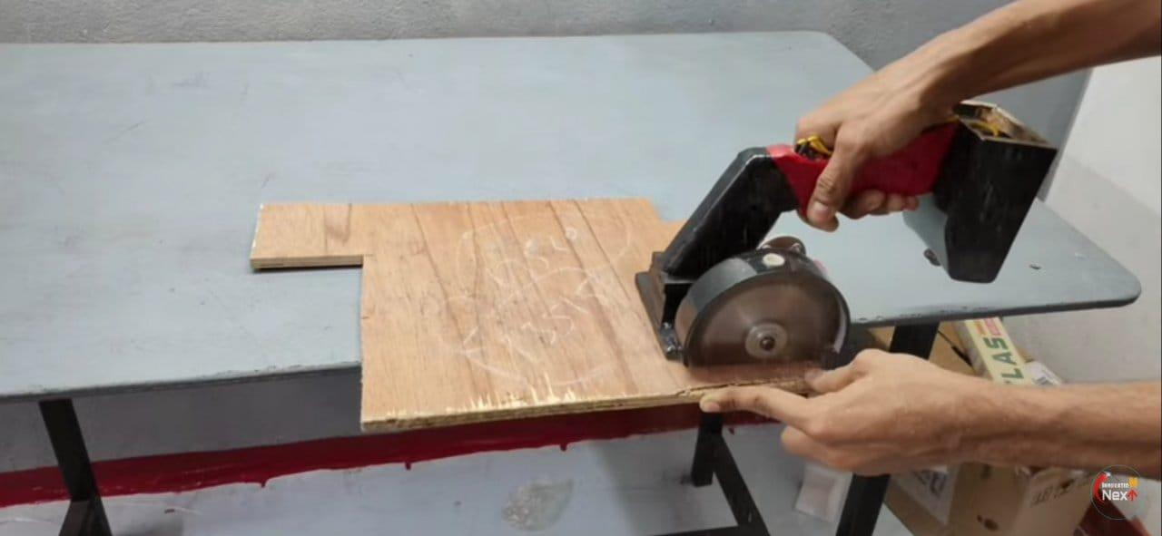 Compact cordless circular saw