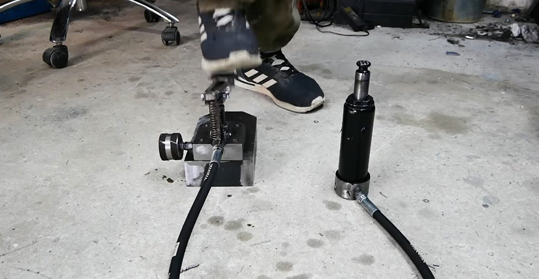 Jack with a pedal drive instead of a lever