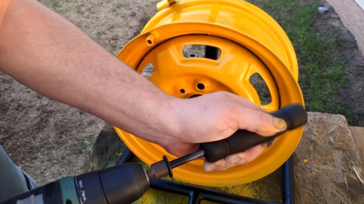 Reel for garden hose from car rim